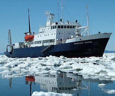 Façade du bateau d'expédition Professor Khromov - région polaire | Les Mondes Polaires