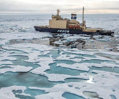 Exterieur du bateau d'expédition Kapitan Khlebnikov - Région polaire | Les Mondes Polaires