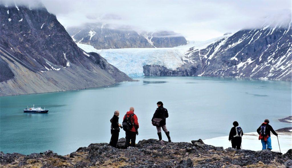 Randonneurs au dessus d'un fjord et d'un glacier au Spitzberg - Svalbard | Les Mondes Polaires