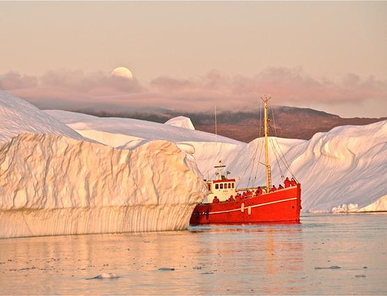 Bateau d'expedition entre des icebergs - Groenland | Les Mondes Polaires