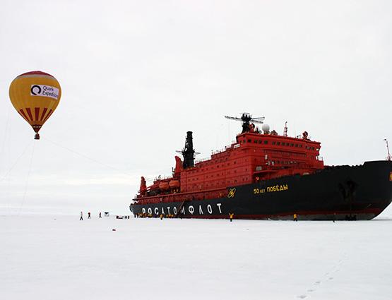 Bateau brise-glace et vol en montgolfière - pole Nord | Les Mondes Polaires