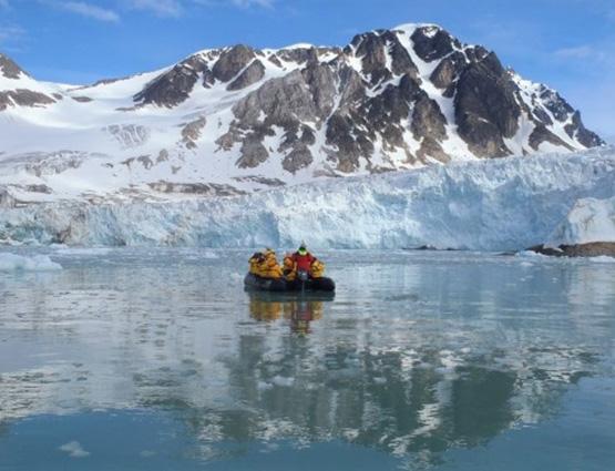 Sortie zodiac dans les fjords, au pied d'un glacier - Svalbard | Les Mondes Polaires