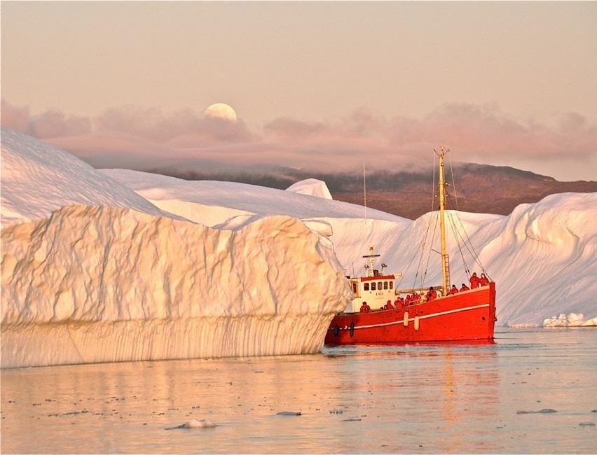 Bateau d'expédition rouge entre deux icebergs - Groenland | Les Mondes Polaires