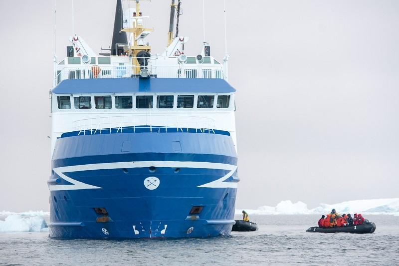 Bateau d'expédition et zodiac - Antarctique | Les Mondes Polaires