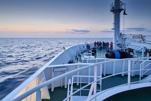 Vue depuis le pont du bateau d'expédition Hondius - Région polaire | Les Mondes Polaires