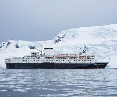 Façade du bateau d'expédition Ocean Endeavour - Région polaire | Les Mondes Polaires