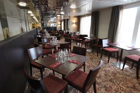 Restaurant du bateau d'expédition Ocean Endeavour - Région polaire | Les Mondes Polaires