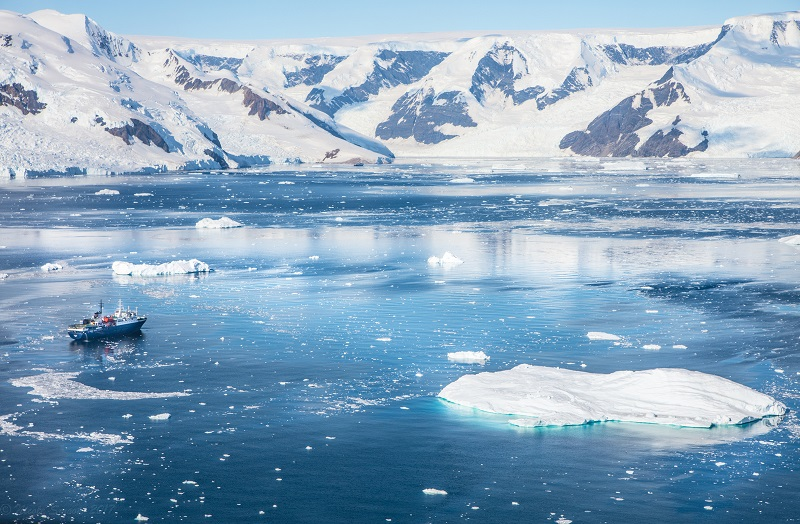 Bateau d'expédition entourré d'icebergs - mer de Ross | Les Mondes Polaires