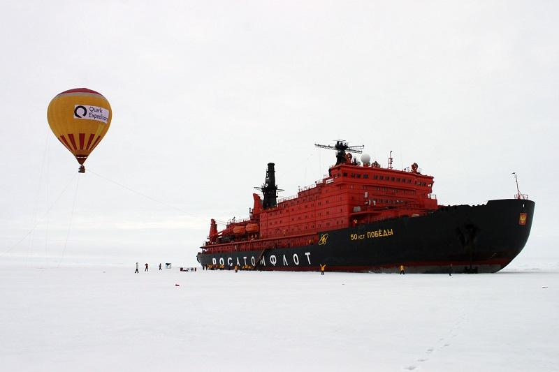 Montgolfière et bateau brise-glace - Pôle Nord | Les Mondes polaires