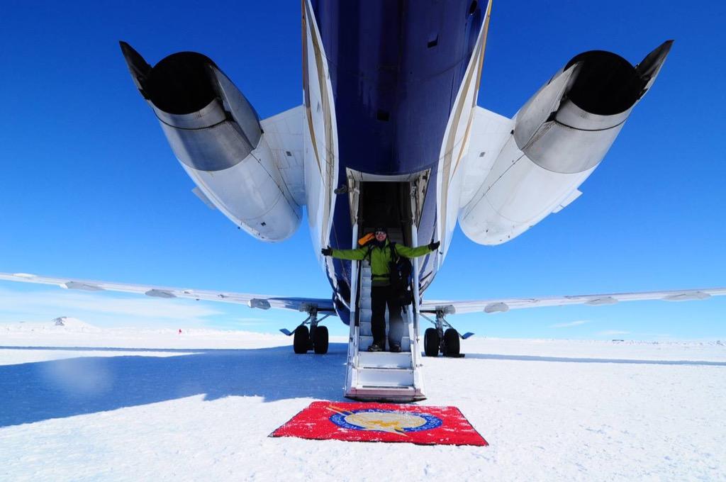 Avion qui atterit sur la neige - pole Sud | Les Mondes Polaires