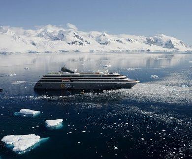 Bateau d'expédition World Explorer traversant une mer de glace - Région polaire | Les Mondes Polaires