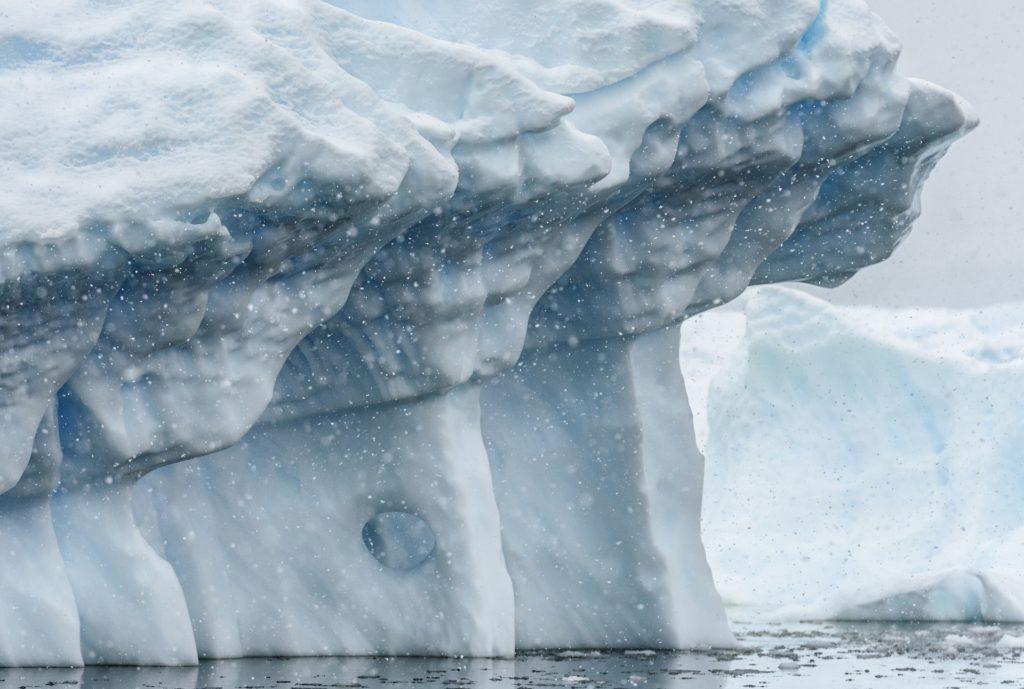 Zoom sur un iceberg alors qu'il neige - Antarctique | Les Mondes Polaires