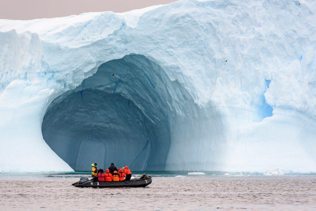 Sortie en zodiac devant un immense iceberg - Antarctique | Les Mondes Polaires