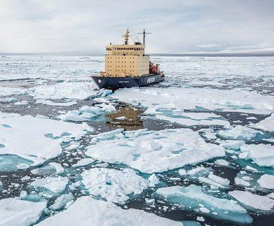 Exterieur du bateau d'expédition Kapitan Khlebnikov - Région polaire   Les Mondes Polaires