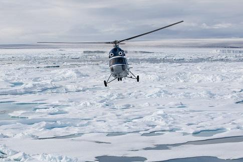 Helicoptère du bateau d'expédition Kapitan Khlebnikov - Région polaire   Les Mondes Polaires