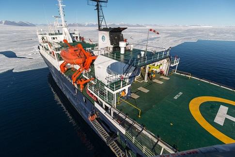 Piste d'helicoptere du bateau d'expédition Ortelius - Région polaire   Les Mondes Polaires