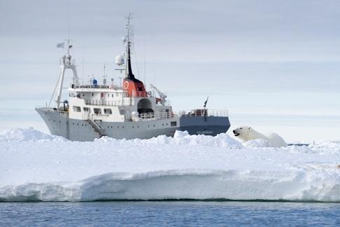 Exterieur du bateau d'expedition Polarfront - région polaire   Les Mondes Polaires