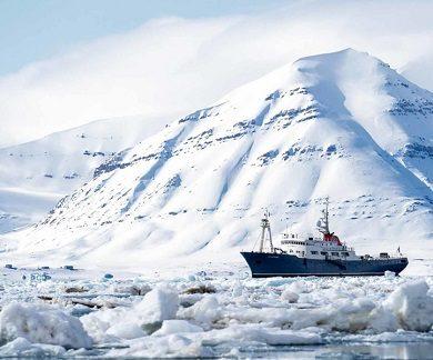 Exterieur du bateau d'expedition Polarfront - région polaire | Les Mondes Polaires