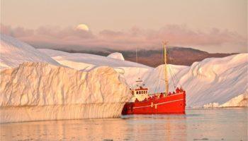 Bateau entre icebergs - Groenland | Les Mondes Polaires