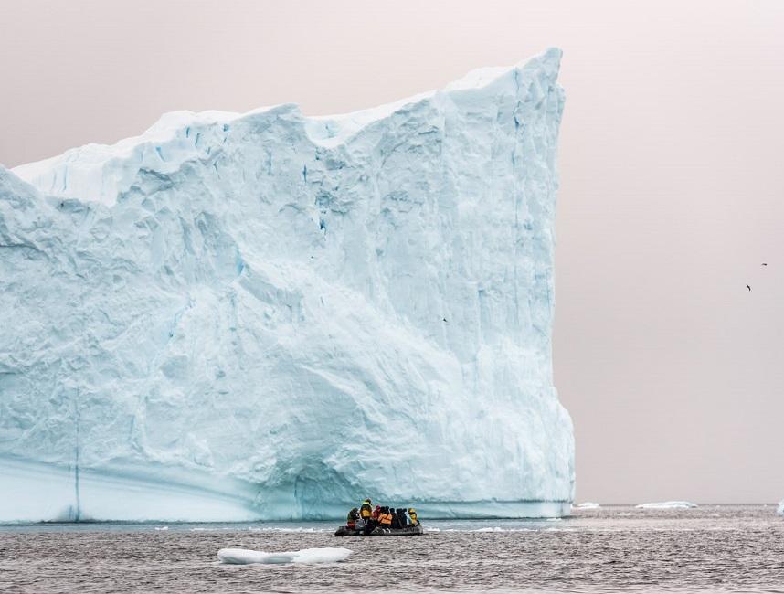 Sortie zodiac devant un immense iceberg - péninsule antarctique | Les Mondes Polaires