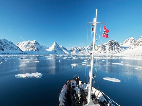Vue sur la banquise depuis le pont du bateau d'expedition Sjoveien - région polaire | Les Mondes Polaires
