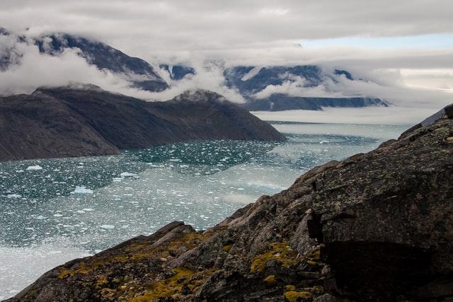 Fjord avec de la glace dans l'eau - Groenland | Les Mondes Polaires